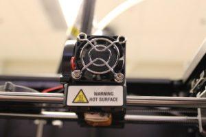 Zoom sobre la extrusora de le impresora Replicator 2 de MakerBot // Copyright Brad Campbell