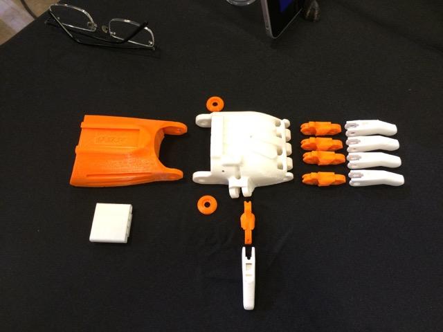 Les différents composants imprimés en 3D d'une main e-NABLE
