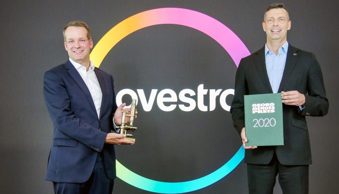 Prof. Christian Hopmann (left), Head of the Institute of Plastics Processing at RWTH Aachen University, presented Markus Steilemann with the Georg Menges Prize.