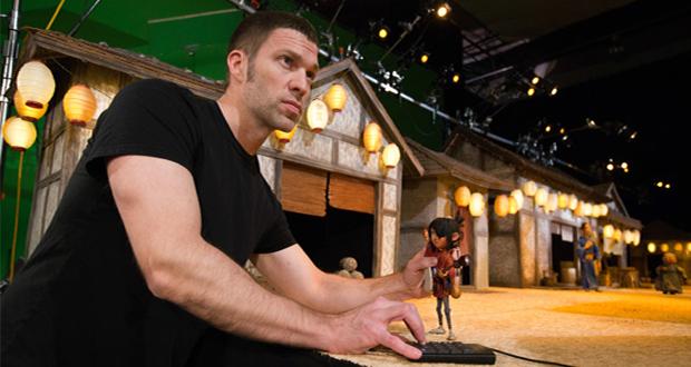 Travis Knight, director del filme, con uno de los personajes impresos en 3D.