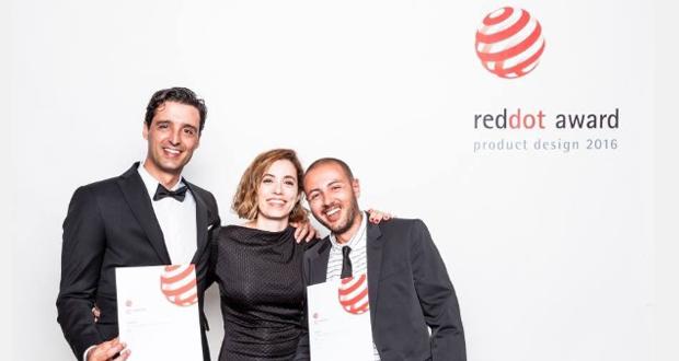 Jordi Tura y Ricardo Veiga recibiendo el premio Red Dot, por la innovación de su desarrollo.