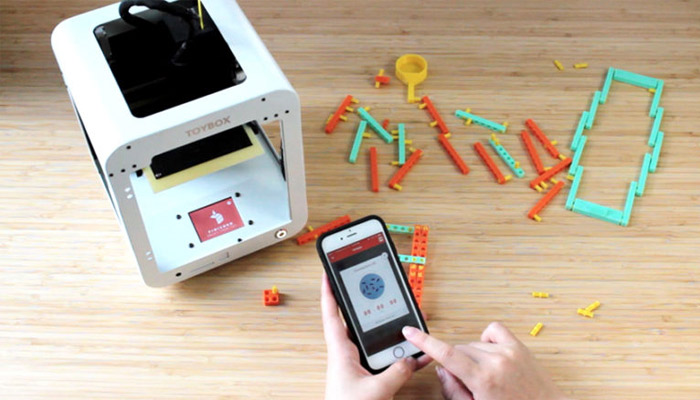 The Toybox 3D printer and the dedicated application (photo credits: Toybox Labs)