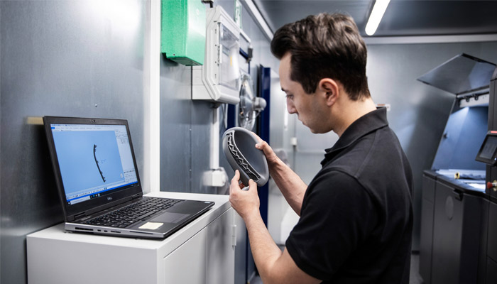 Thanks to additive manufacturing, the car manufacturer can store numerous digital spare parts and print them on demand (photo credits: Daimler Buses)