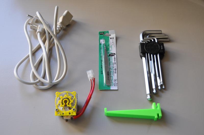 Les outils livrés avec l'imprimante (le câble USB étant déjà branché sur l'imprimante)