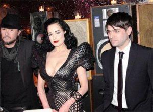 Le designer Michael Schmidt (à gauche) et Dita Von Teese portant sa robe imprimée en 3D