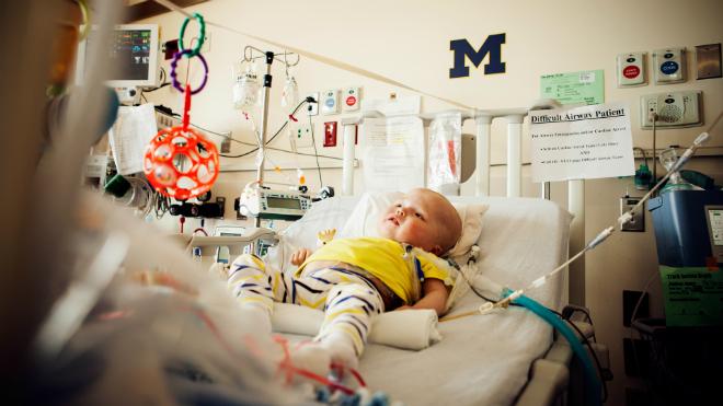Le petit Garrett sur son lit d'hôpital