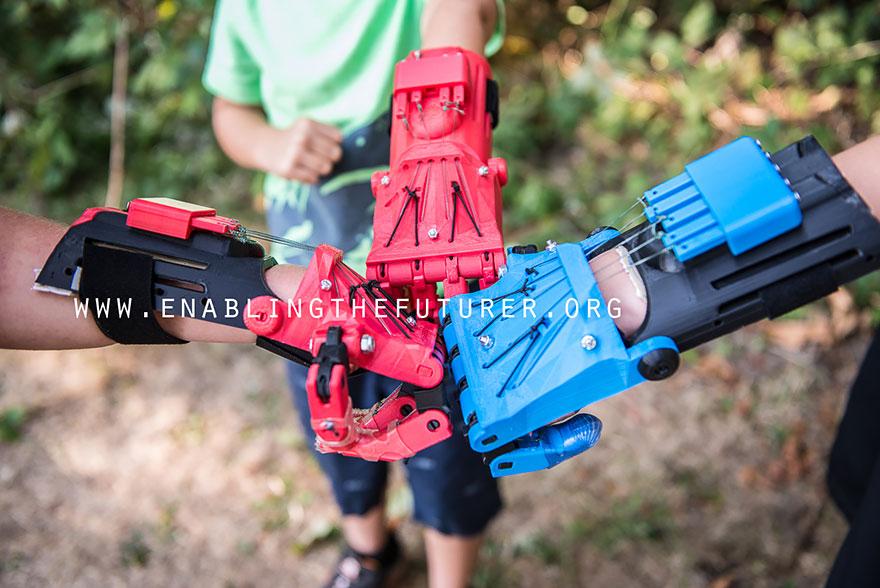La communauté e-NABLE imprime en 3D des prothèses de main pour moins de $300