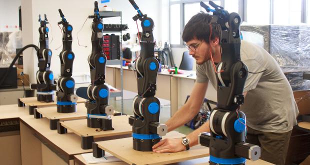 Moveo se présente sous la forme d'un bras mécanique imprimé en 3D