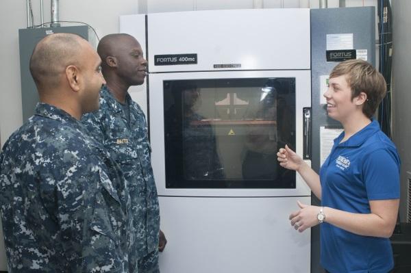 """Du 24 au 26 juin derniers, les soldats de l'US Navy ont été formés aux procédés de fabrication additive lors de la Maker Faire """"Print the Fleet"""" (Photo: Seaman Jonathan B. Trejo)"""