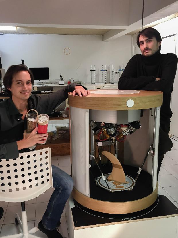 Cédric Michel (droite) et Victor Roux devant leur imprimante 3D Pam