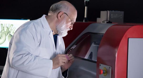 Le professeur André–Luc Allanic, inventeur de la technologie MOVINGLight