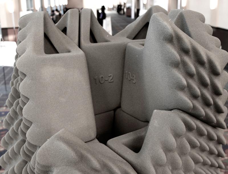 Les différentes briques imprimées en 3D s'imbriquent parfaitement pour former la colonne