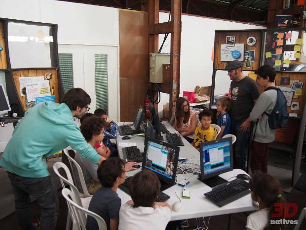 Des enfants s'initient au code lors d'un atelier de la startup Thingz