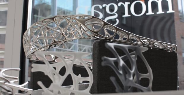 Détail sur le dossier imprimé en 3D et finition métallique du fauteuil RIO
