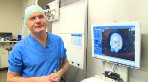 Le chirurgien Bon Verweij en charge de l'opération