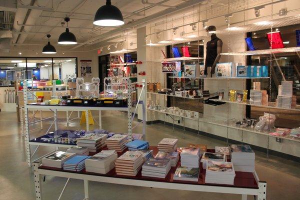Les TechShop proposent également des boutiques avec des livres ou des kits pour apprendre à faire soi-même