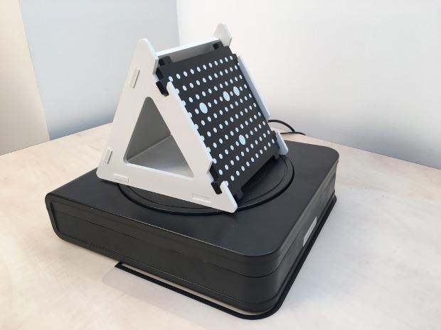 Le gabarit de calibration sur le plateau rotatif du EinScan-S