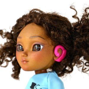 Le modèle Hetty équipé d'une aide auditive