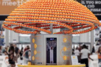 Un bar à jus transforme les écorces d'oranges en gobelets imprimés en 3D